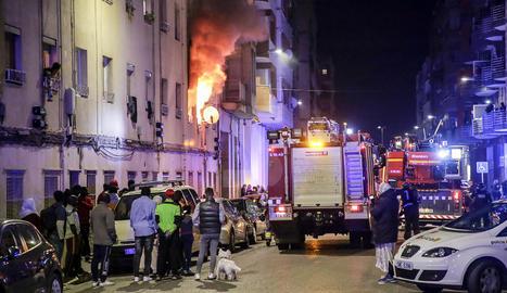 Les flames de l'incendi, que també van afectar la façana de l'edifici.