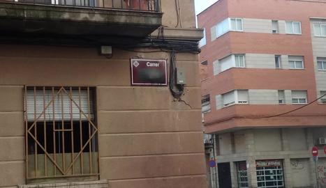 Una placa amb el nom ratllat ahir al matí al carrer Germans Recasens i, a la dreta, després de netejar-la.