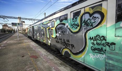 Les pintades al tren de Cervera a Lleida impedien al maquinista veure-hi a través del parabrisa.