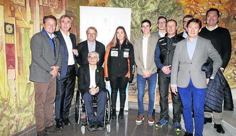 Àlex Màrquez, al centre de la imatge, apadrina aquest ambiciós projecte al món de l'esquí.