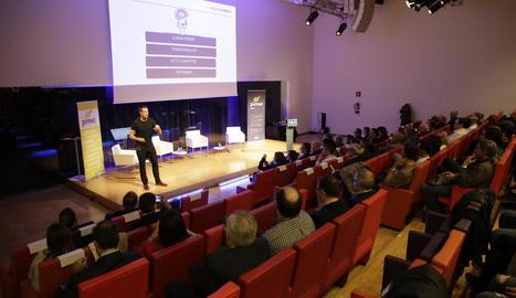 Conferència del comunicador motivacional Sergi Grimau, ahir, a la trobada de pimes a Lleida.