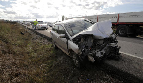 Imatge d'un dels cotxes accidentats ahir en el sinistre múltiple de l'N-240, a Lleida.