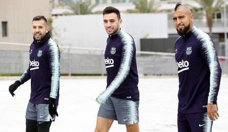 Jordi Alba, que torna a la selecció espanyola, al costat de Munir a l'entrenament del FC Barcelona.