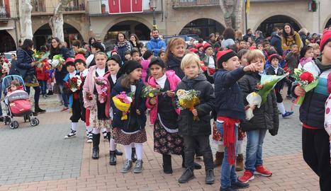 Els petits van lluir vestits típics i van iniciar el recorregut fins al Sant Crist a la plaça del Mercadal.