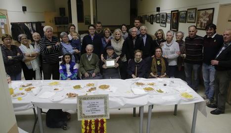 Jaume Solé Puig, al centre, va celebrar ahir el seu aniversari al costat de familiars i amics.