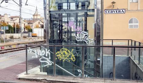 L'entorn de l'estació ple de grafitis i pintades.