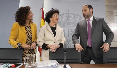 Els ministres María Jesús Montero, Isabel Celaá i José Luis Ábalos, ahir, després del Consell de Ministres.
