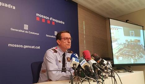 L'inspector Albert Oliva, ahir, mostrant la imatge de l'arsenal.