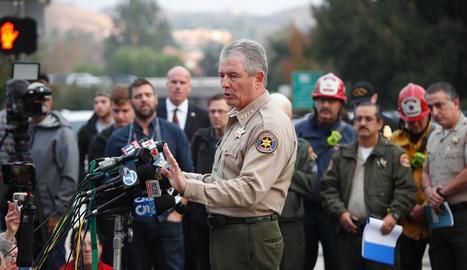 El xèrif Dean informa la premsa del tiroteig al bar Borderline a la localitat de Thousand Oaks.