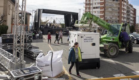 Treballs de muntatge de l'escenari que acollirà demà la gran festa dedicada a Marc Màrquez.