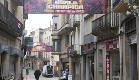 Els carrers de Cervera estan engalanats amb pancartes dedicades al campió.