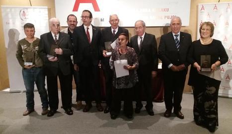 Foto de grup dels homenatjats, ahir a la gala celebrada al restaurant Resquitx de Golmés.