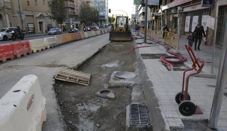 Estat actual de les obres del carril bici d'avinguda Catalunya.