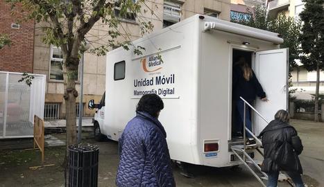 Tres dones entren al mamògraf mòbil contractat pel CatSalut.