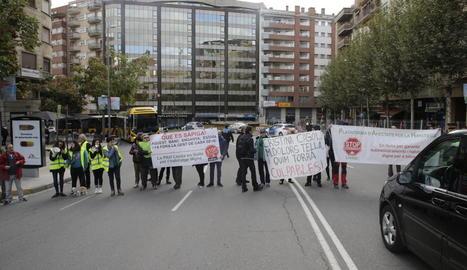 La PAH talla rambla d'Aragó per defensar una família okupa