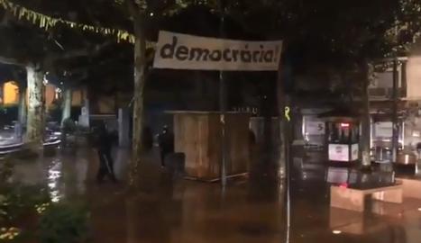 La retirada de la pancarta de la plaça del Carme de Tàrrega.