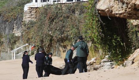 Imatge del trasllat de l'últim cos recuperat de la pastera naufragada a Barbate.