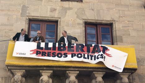 L'alcalde, juntament amb dos edils d'ERC, han col·locat de nou la pancarta.