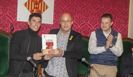Marc Màrquez va ser rebut a la Paeria per Royes i Gerard Figueras, secretari general d'Esports.