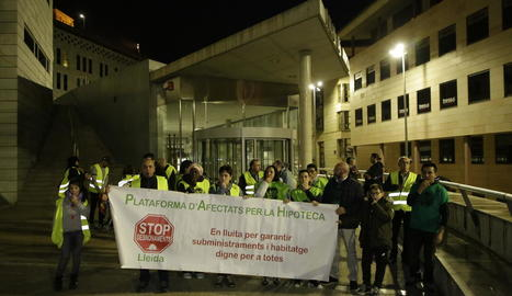 Concentració de la PAH de Lleida davant dels jutjats de la capital del Segrià, ahir.