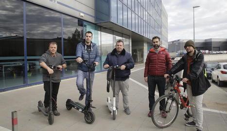 Membres de les plataformes VMP i En Bici per Lleida, ahir abans de la reunió.
