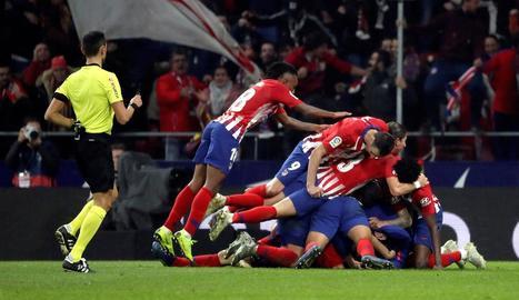 Els jugadors de l'Atlètic de Madrid celebren el gol de la victòria, obra de Godín.