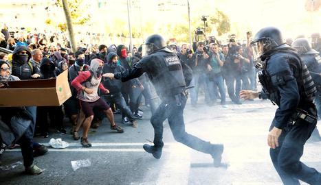 Els Mossos carreguen contra un grup de participants a la contramanifestació, als voltants de l'Arc de Triomf, ahir.