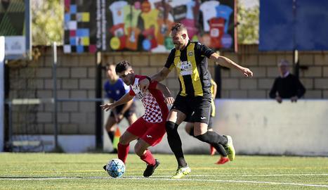 Un jugador del Balaguer s'interposa entre la pilota i un rival en una acció del partit.