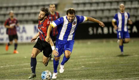 Un jugador del Vilanova i la Geltrú intenta desfer-se de la pressió exercida per un jugador del Tàrrega.