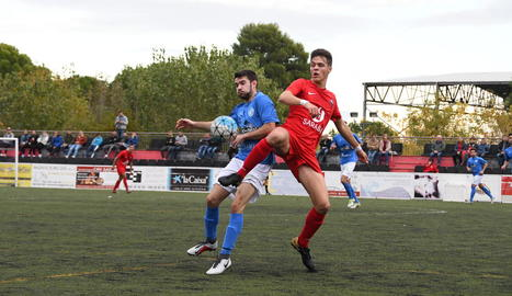 Un jugador de l'Alpicat i un altre de l'Alcarràs pugnen per una pilota durant el partit.