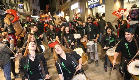 El grup de percussió Bombollers va animar la rua.