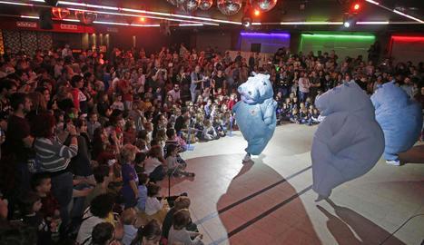 La companyia Zum Zum Teatre va delectar els més petits ahir amb l'espectacle 'Hippos'.