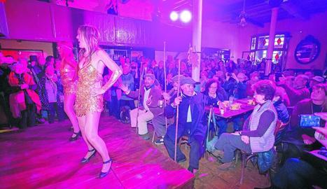 Representació d'un cabaret a Salàs de Pallars amb figurants també entre el públic.