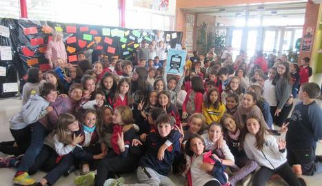Imatge de família d'un dels grups que van anar a la presentació a l'escola Doctor Serés.