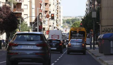 Semàfor amb càmera al carrer Príncep de Viana.