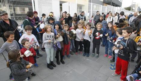 El col·legi Frederic Godàs va aprofitar la celebració de la castanyada per protestar contra el decret dels menjadors escolars.