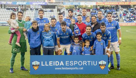 Els jugadors de l'onze inicial davant de l'Alcoià posen amb aficionats i nens abans del partit.