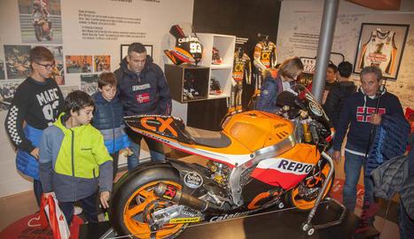 Aficionats mirant amb deteniment la Suter amb la qual Marc va conquerir el títol de Moto2 el 2012.