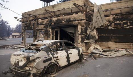 Imatge de les restes d'un habitatge arrasat per les flames.