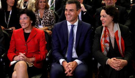 El jefe del Ejecutivo, Pedro Sánchez, junto a la ministra Educación, Isabel Celaá (izquierda), y la de Trabajo, Magdalena Valerio , durante la inauguración del Encuentro Futuro+Progreso+FP, esta mañana en el museo del Prado.
