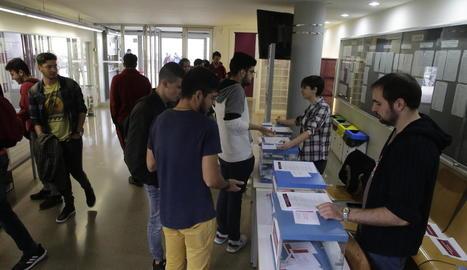 Estudiants votant ahir al campus de Cappont.