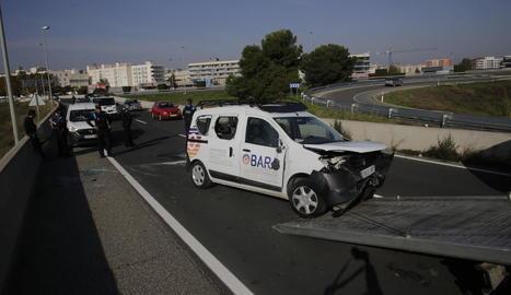 Evacuat a l'Arnau després de bolcar amb la seua furgoneta a l'Ll-11