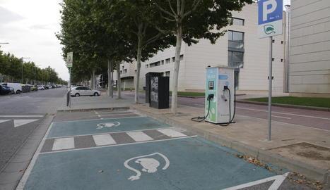 Imatge del punt de càrrega de vehicles elèctrics de Jaume II, a Lleida ciutat.
