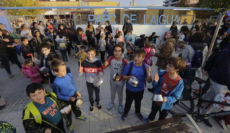 Alumnes del Parc de l'Aigua, ahir a la tarda amb cassoles.