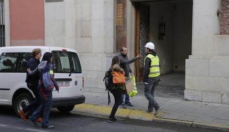 Marlen Minguell –esquerra–, quan arribava el 2 d'octubre passat a la Diputació amb agents de la policia.