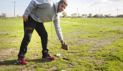 David Ramon, coordinador d'atletisme del club, mostra algunes de les pedres que hi ha al circuit.