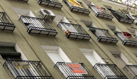 Imatge d'un edifici amb diversos pisos en venda.