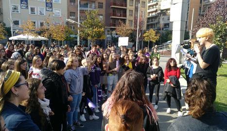 Desenes d'estudiants protesten a Lleida contra el masclisme