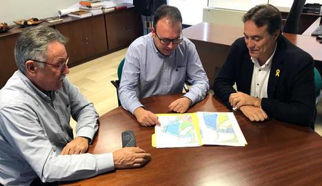 L'alcalde, Joan Gilart (c), amb els representants de la Diputació.