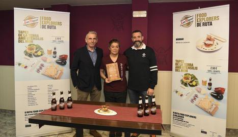 Responsables de San Miguel van lliurar ahir una placa a Joana Vázquez, de la cafeteria Bàrbar.